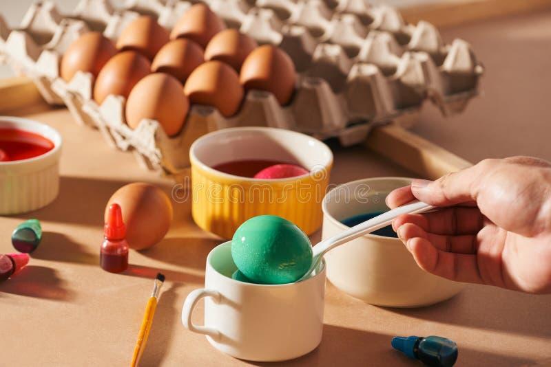Huevos de Pascua coloreados en un fondo ligero de la lona, lugar para el texto imágenes de archivo libres de regalías