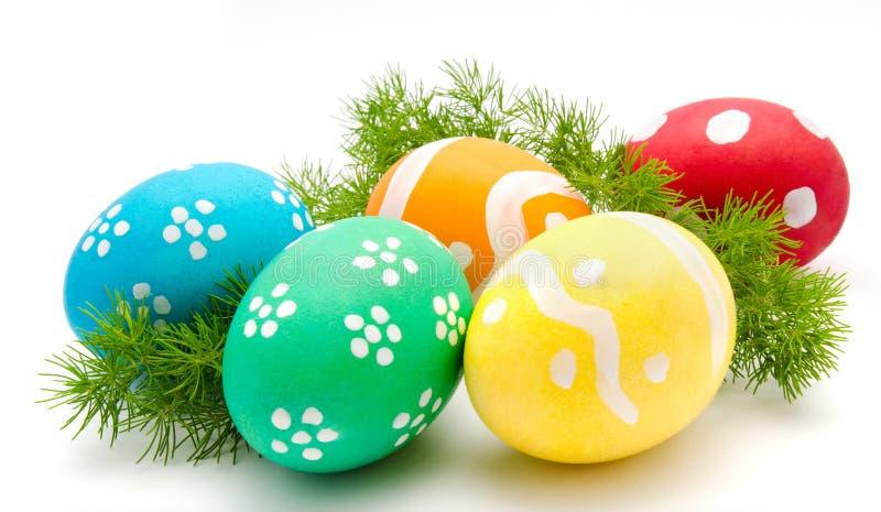 Huevos de Pascua coloridos aislados sobre blanco imagenes de archivo