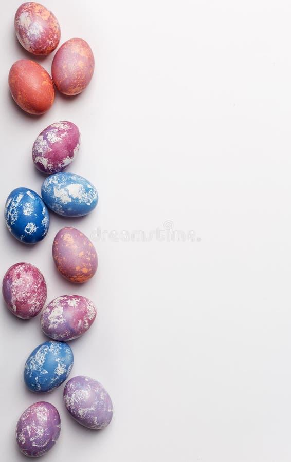 Huevos de Pascua coloridos del fondo del espacio libre con el espacio de la copia para el texto, aislado en el fondo blanco imágenes de archivo libres de regalías