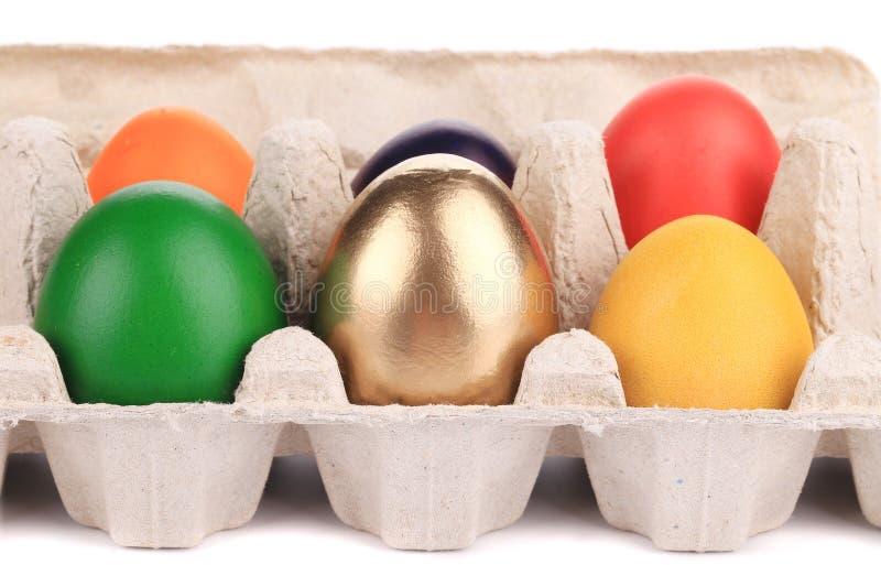 Huevos de Pascua coloridos en caja. fotografía de archivo libre de regalías