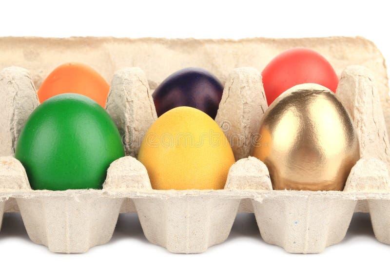 Huevos de Pascua coloridos en caja imagen de archivo libre de regalías