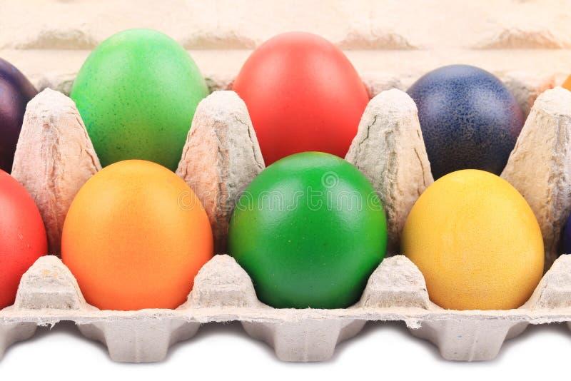 Huevos de Pascua coloridos en caja imagen de archivo
