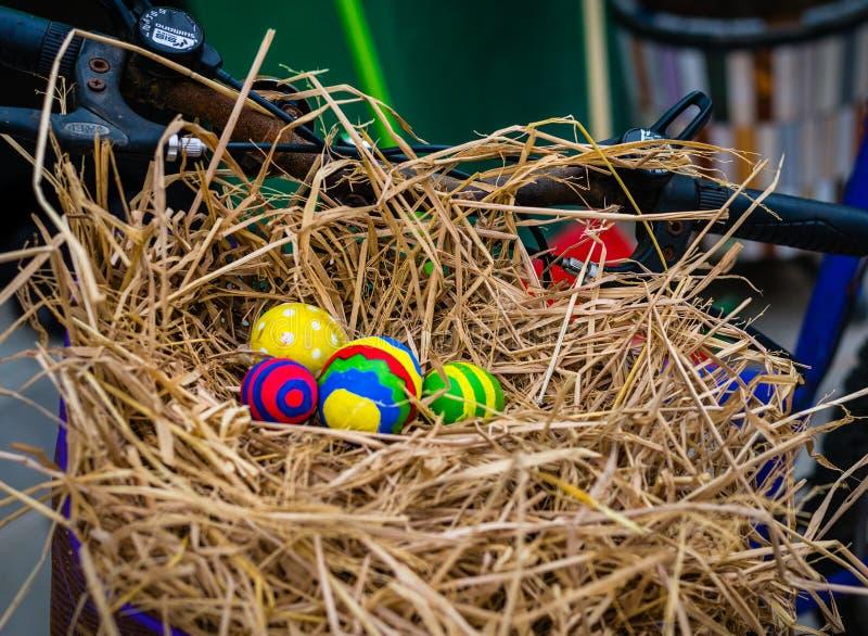 Huevos de Pascua coloridos en cesta de la bici imagen de archivo
