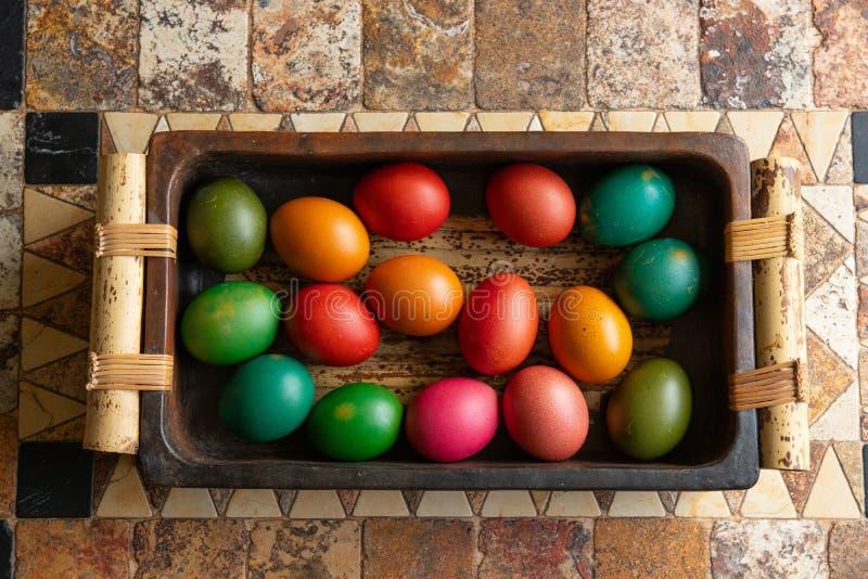 Huevos de Pascua coloridos en la cesta, decoración hollyday imagenes de archivo