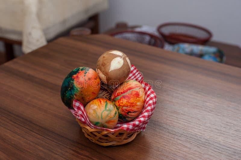 Huevos de Pascua coloridos hermosos en la tabla de madera Fuente de la prote?na foto de archivo