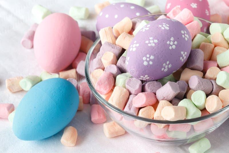 Huevos de Pascua con el caramelo imagenes de archivo