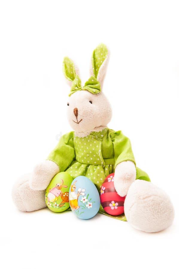 Huevos de Pascua con el conejito foto de archivo