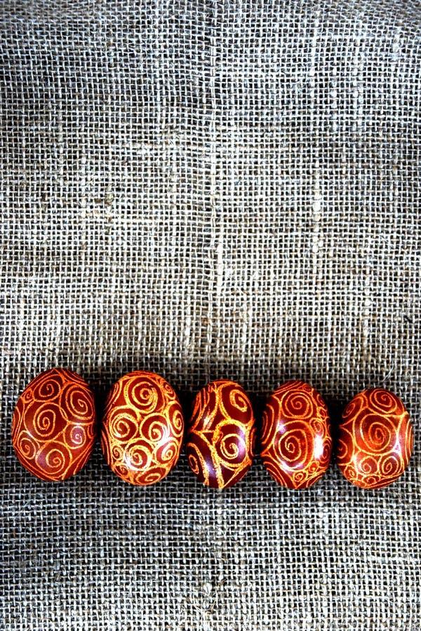 Huevos de Pascua con el modelo espiral en yute foto de archivo libre de regalías