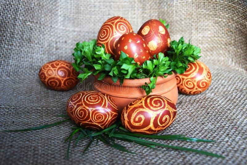 Huevos de Pascua con el modelo espiral en yute imagen de archivo libre de regalías