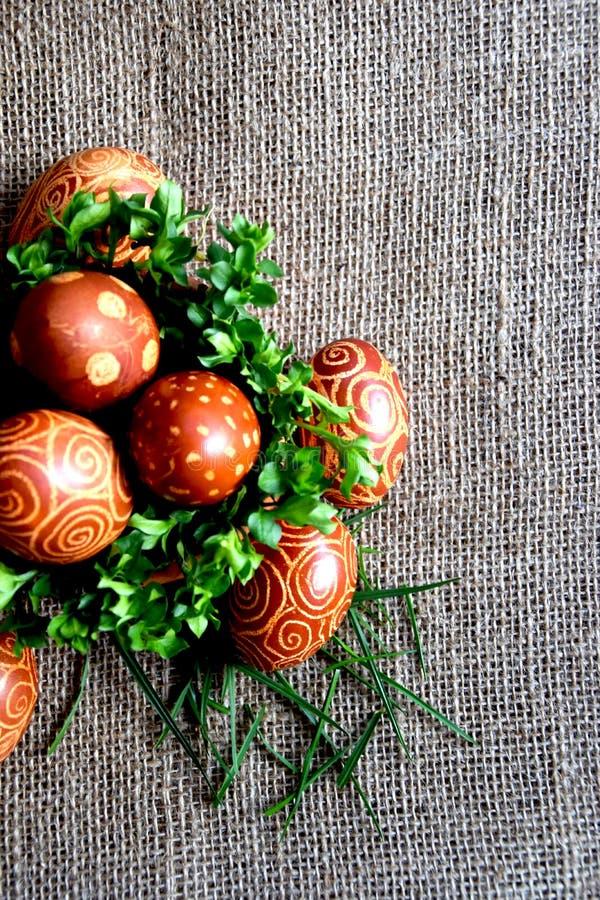 Huevos de Pascua con el modelo espiral en yute imagenes de archivo