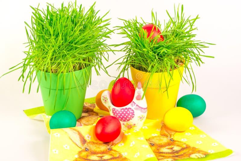 Huevos de Pascua con la decoración y la hierba foto de archivo