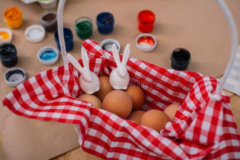 huevos de Pascua con las figuras de los conejos imágenes de archivo libres de regalías