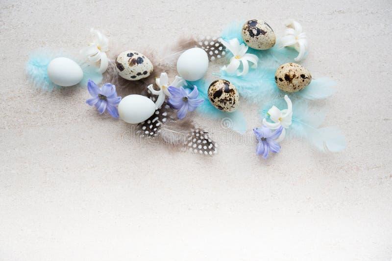 Huevos de Pascua con las flores y las plumas fotografía de archivo libre de regalías
