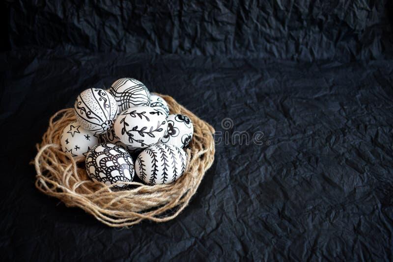Huevos de Pascua con los diversos modelos a mano del garabato en diciembre foto de archivo