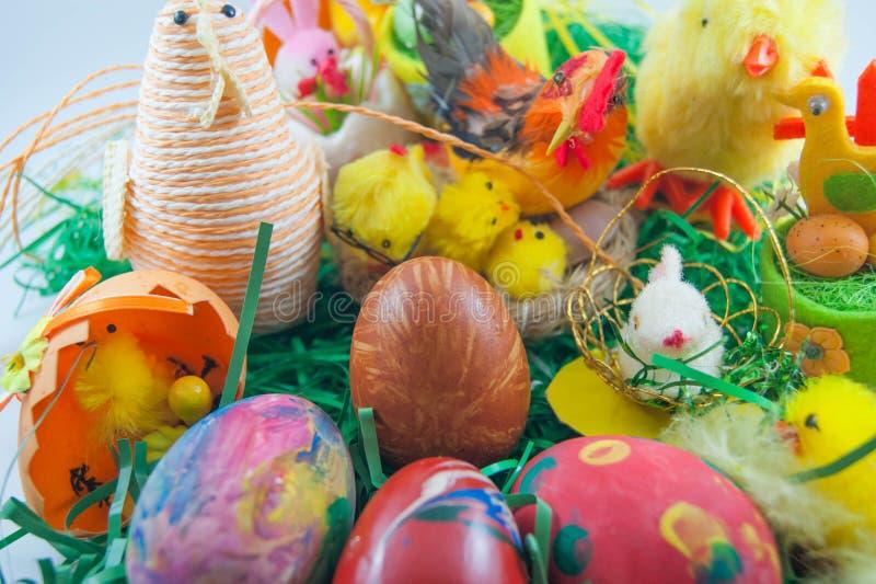 Huevos de Pascua con los pollos y el conejito foto de archivo