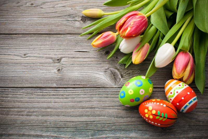Huevos de Pascua con los tulipanes imagen de archivo libre de regalías