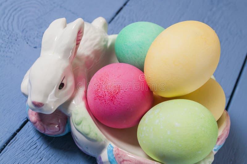 Huevos de Pascua, conejito, cuenco imagen de archivo