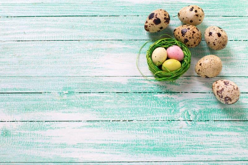 Huevos de Pascua decorativos en fondo de madera fotografía de archivo
