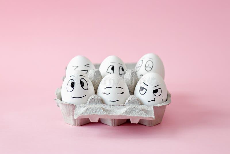 Huevos de Pascua divertidos con expresiones faciales imagenes de archivo