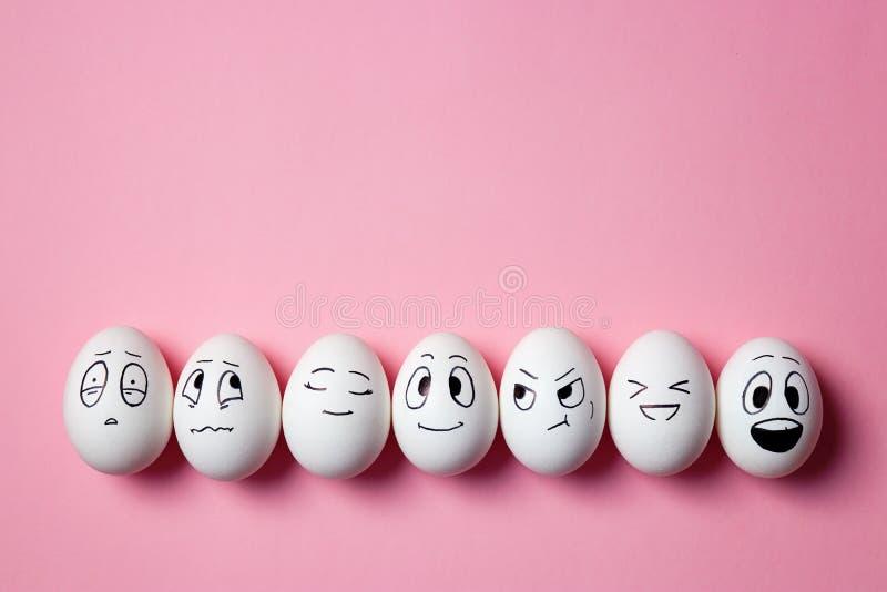 Huevos de Pascua divertidos con expresiones faciales fotos de archivo