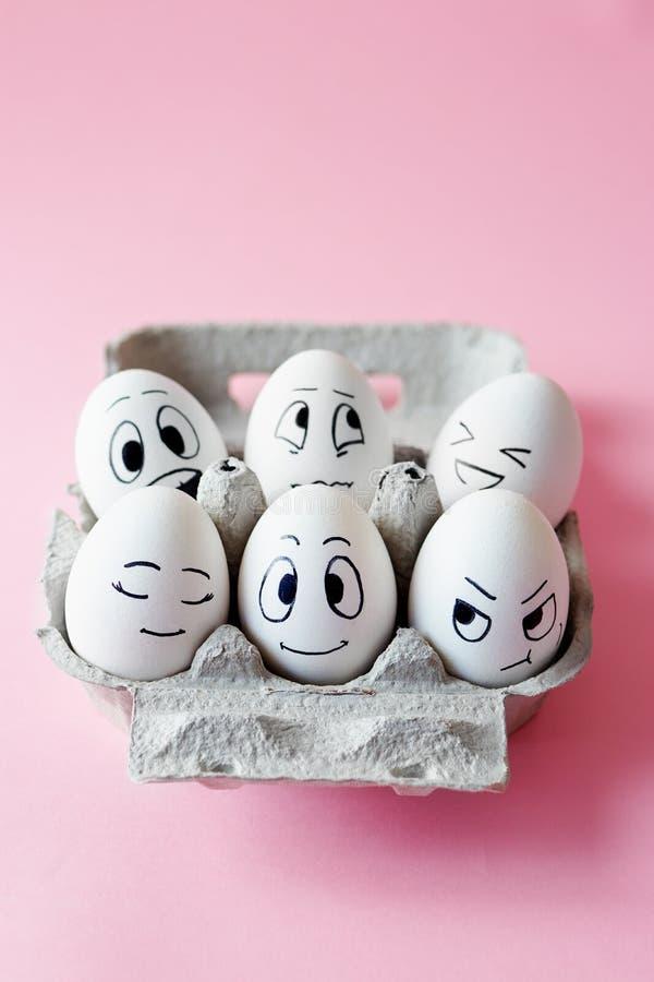 Huevos de Pascua divertidos con expresiones faciales imágenes de archivo libres de regalías