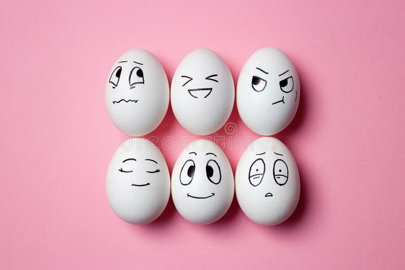 Huevos de Pascua divertidos con expresiones faciales fotografía de archivo libre de regalías