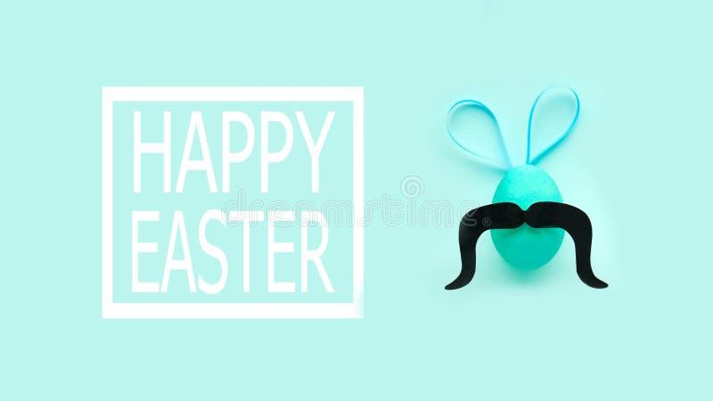 Huevos de Pascua divertidos con los oídos y el bigote bandera de pascua feliz imágenes de archivo libres de regalías