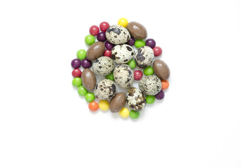Huevos de Pascua, dulces multicolores, fondo blanco Concepto de celebrar Pascua, decoraciones de Pascua Endecha plana, visión sup fotografía de archivo libre de regalías