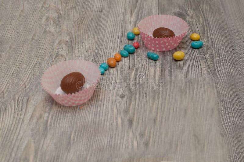 Huevos de Pascua en blanco Fondo de Pascua fotografía de archivo
