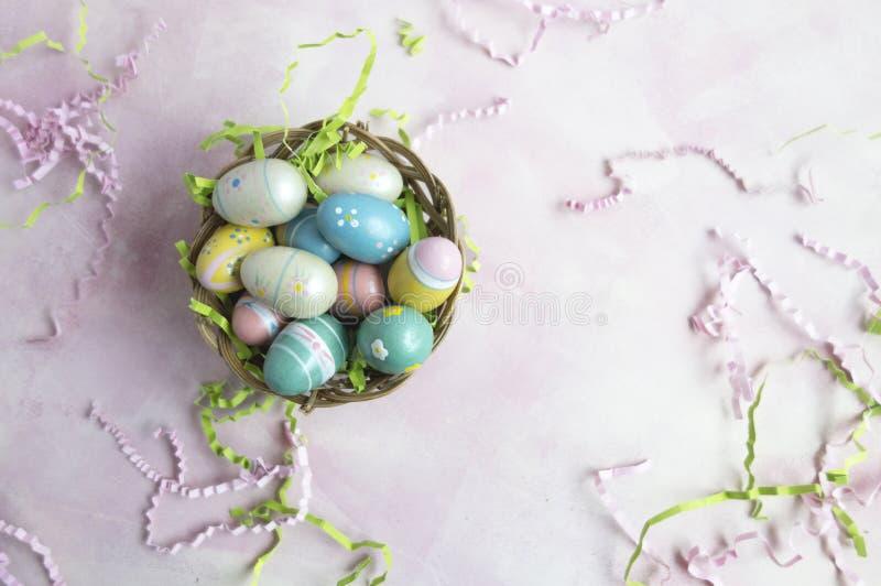 Huevos de Pascua en cesta imagenes de archivo