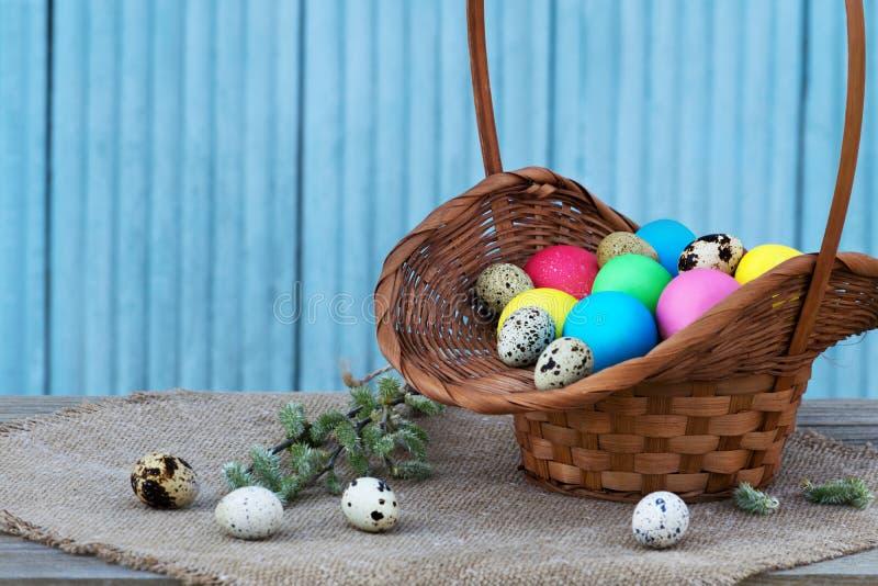 Huevos de Pascua en cesta de la paja imagen de archivo