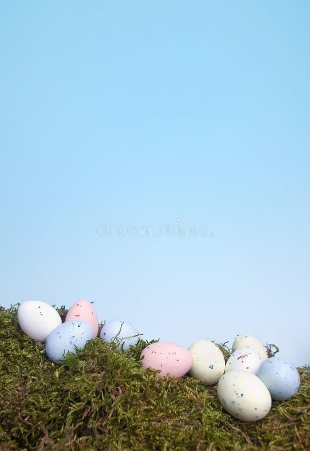 Huevos de Pascua en colores pastel en musgo foto de archivo libre de regalías