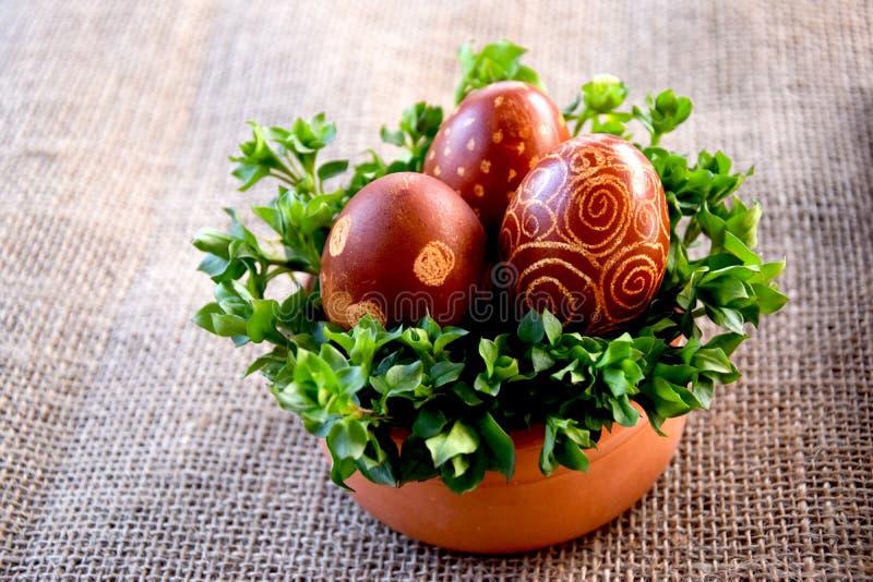 Huevos de Pascua en cuenco en yute foto de archivo libre de regalías
