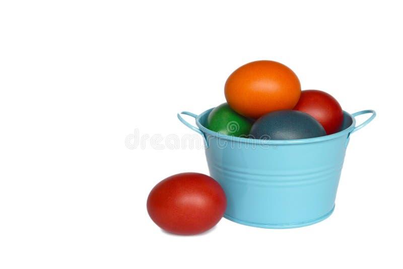 Huevos de Pascua en el cubo aislado foto de archivo