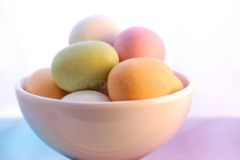 Huevos de Pascua en el tazón de fuente blanco foto de archivo libre de regalías