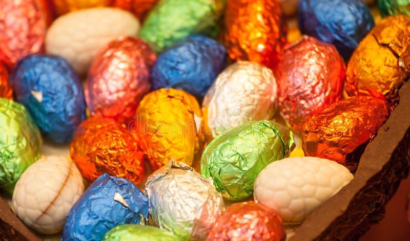 Huevos de Pascua en embalaje flexible en huevo de chocolate fotografía de archivo libre de regalías