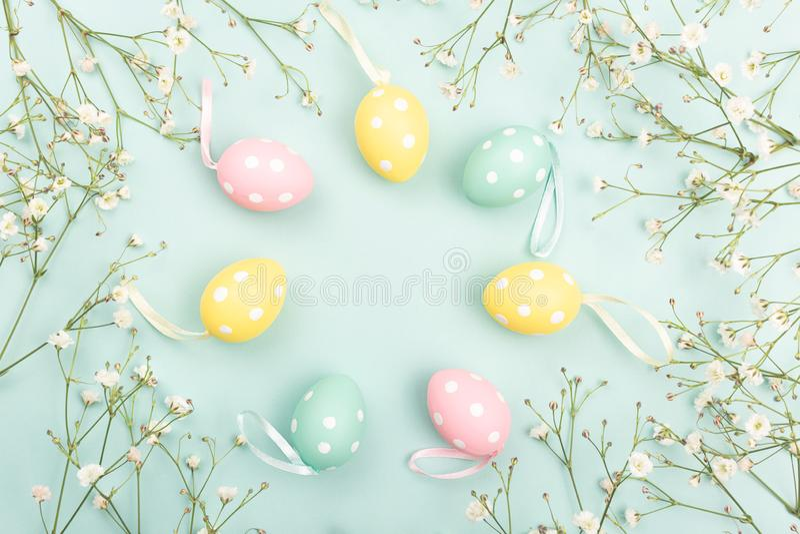 Huevos de Pascua en fondo floral fotografía de archivo