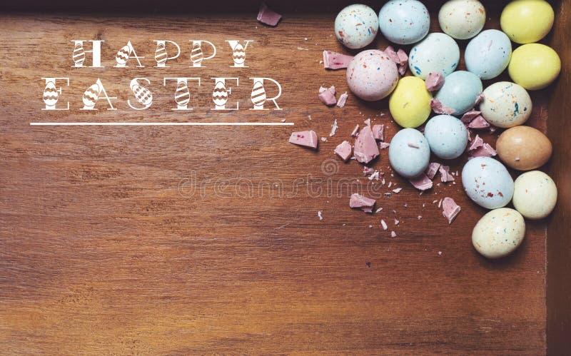 Huevos de Pascua en fondo de madera Teléfono móvil amarillo imagenes de archivo