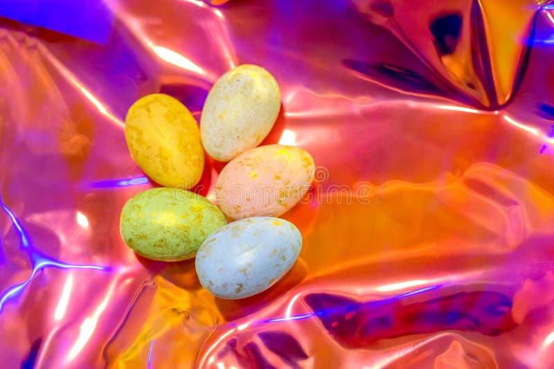 Huevos de Pascua en fondo olográfico Tendencia del año imagen de archivo libre de regalías