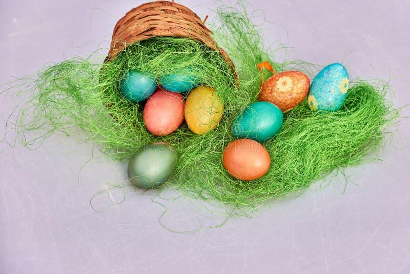 Huevos de Pascua en jerarquía en viejo fondo de madera imagen de archivo