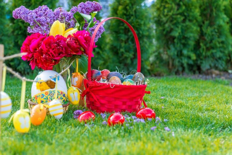 Huevos de Pascua en la cesta foto de archivo
