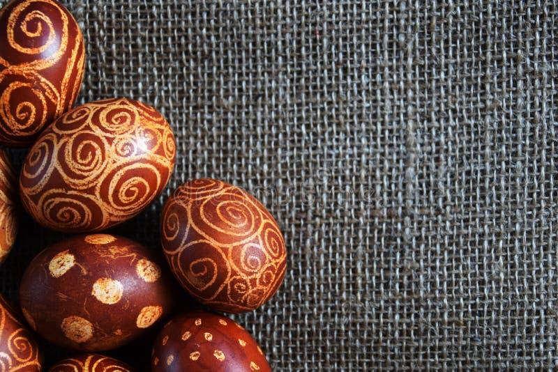 Huevos de Pascua en paisaje del yute fotos de archivo