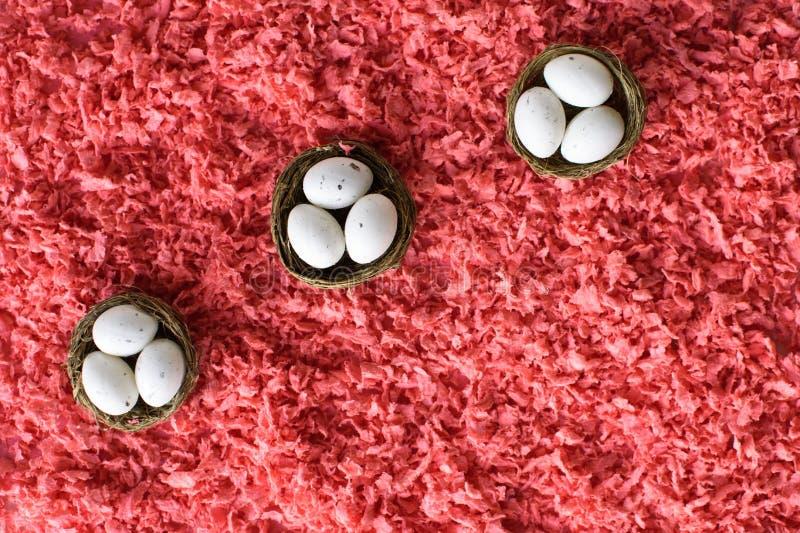 Huevos de Pascua en peque?as cestas fotos de archivo libres de regalías