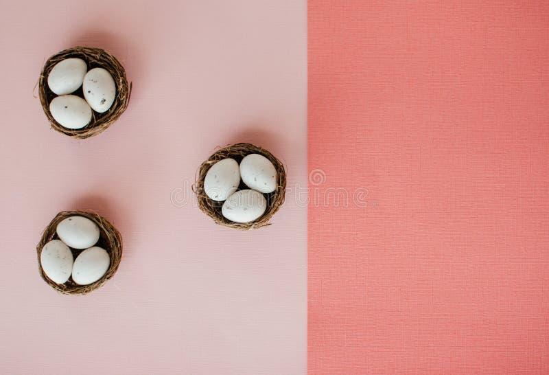 Huevos de Pascua en peque?as cestas fotografía de archivo libre de regalías