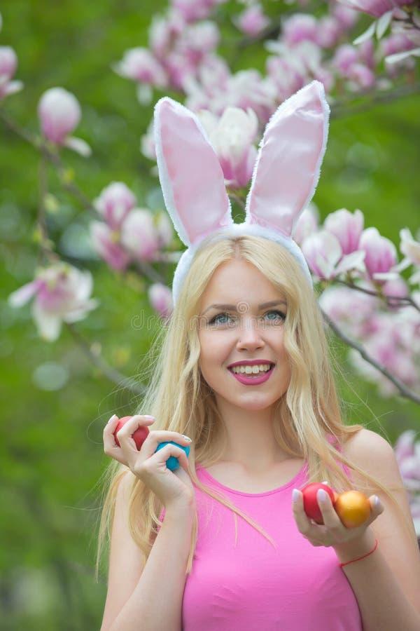 Huevos de Pascua en tenido de muchacha feliz fotografía de archivo