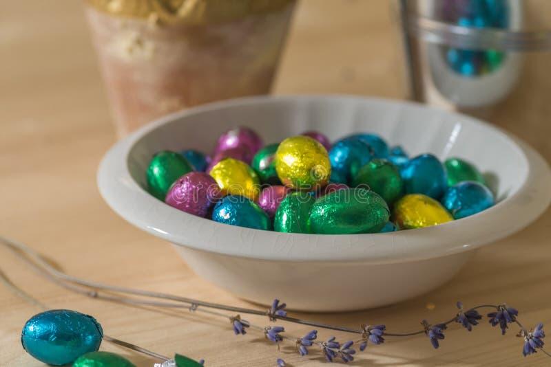 Huevos de Pascua en un cuenco fotografía de archivo libre de regalías