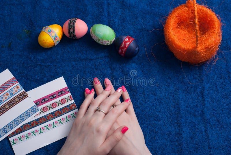 Huevos de Pascua en una toalla azul, fotos de archivo
