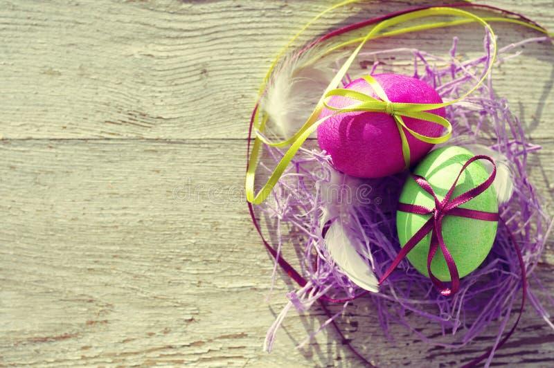 Huevos de Pascua en viejo fondo de madera fotografía de archivo libre de regalías