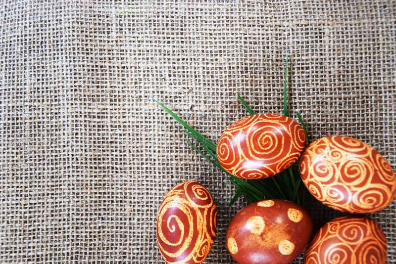 Huevos de Pascua en yute e hierba imagen de archivo libre de regalías