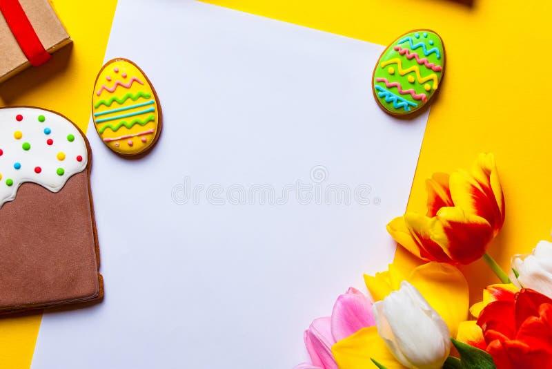 Huevos de Pascua galleta y flores fotografía de archivo